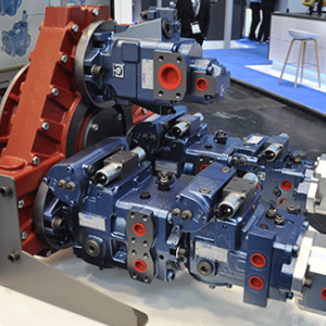 Applicazione asfaltatrice - Accoppiatore con pompe per la trasmissione idrostatica e per i servizi